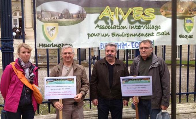 Les militants d'AIVES devant le Tribunal d'Amiens pour soutenir les militants de la Conf' le 28 octobre 2014