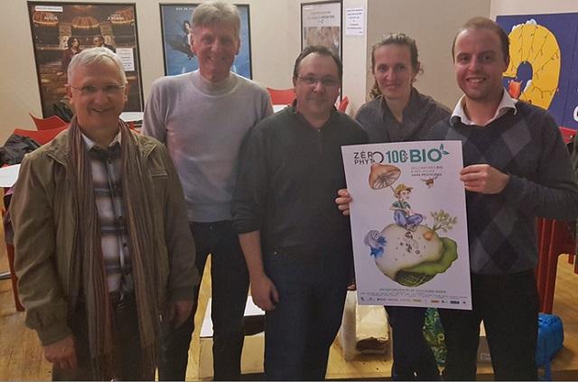 A droite, le réalisateur Guillaume Bodin avec des militants d'AIVES